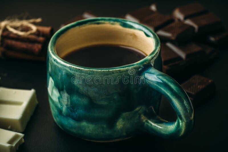 Tazza o tazza di caffè e di cioccolato caldi, fine su fotografia stock libera da diritti