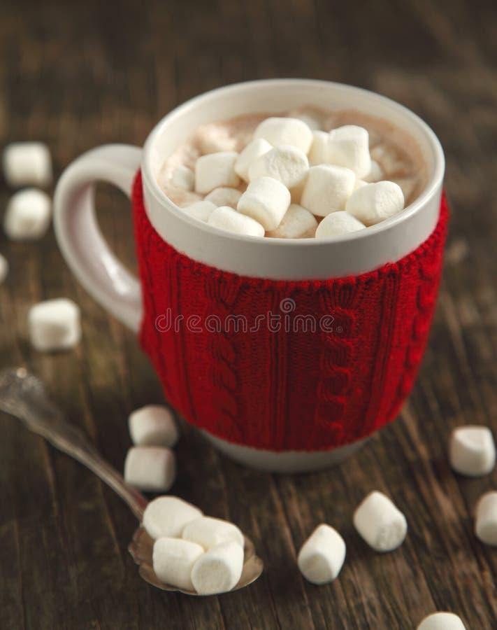 Tazza riempita di cioccolata calda e di caramelle gommosa e molle fotografie stock libere da diritti