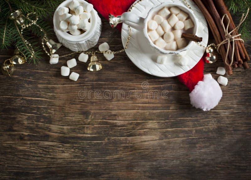 Tazza riempita di cioccolata calda e di caramelle gommosa e molle immagini stock