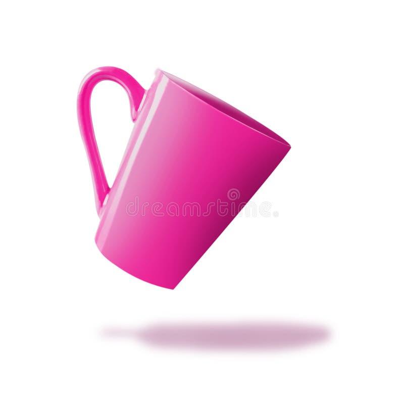 Tazza rosa volante con ombra, isolata su bianco immagine stock