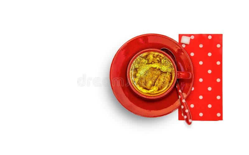 Tazza rossa con caffè, piattino rosso, cucchiaio rosso e bianco del tovagliolo di carta punteggiati fotografie stock libere da diritti