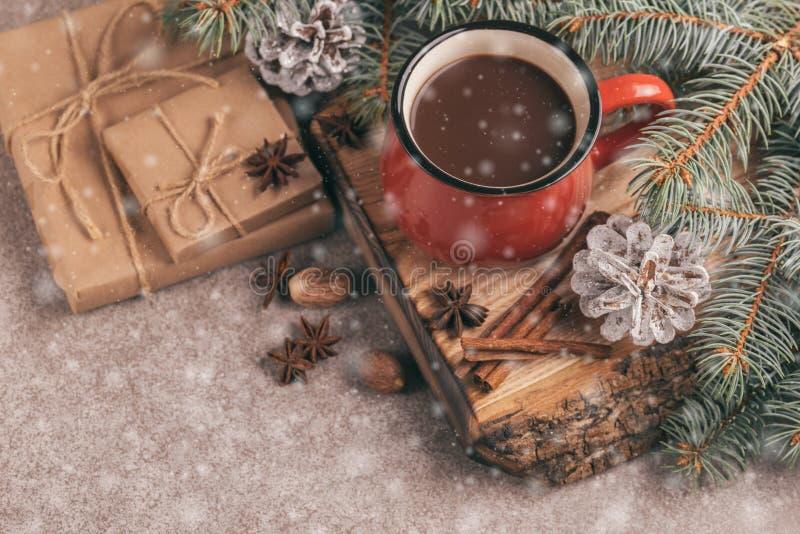 Tazza rossa di cacao caldo sul tagliere di legno immagini stock libere da diritti