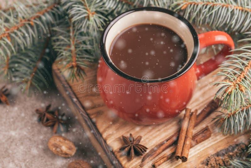 Tazza rossa di cacao caldo sul tagliere di legno fotografie stock