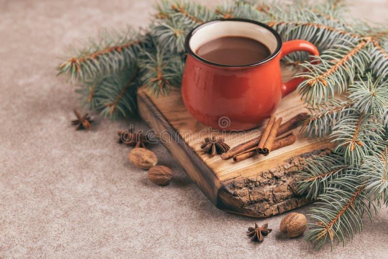 Tazza rossa luminosa di cacao caldo sul tagliere di legno fotografia stock libera da diritti