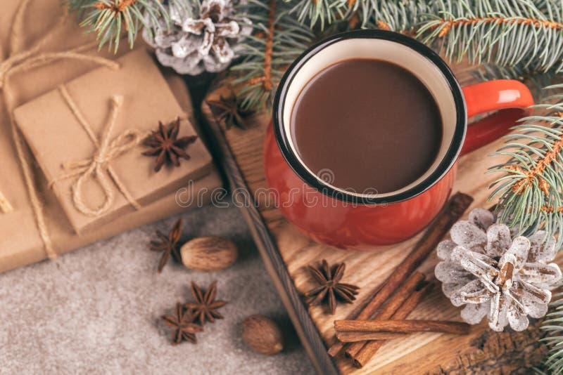 Tazza rossa luminosa di cacao caldo sul tagliere di legno fotografie stock
