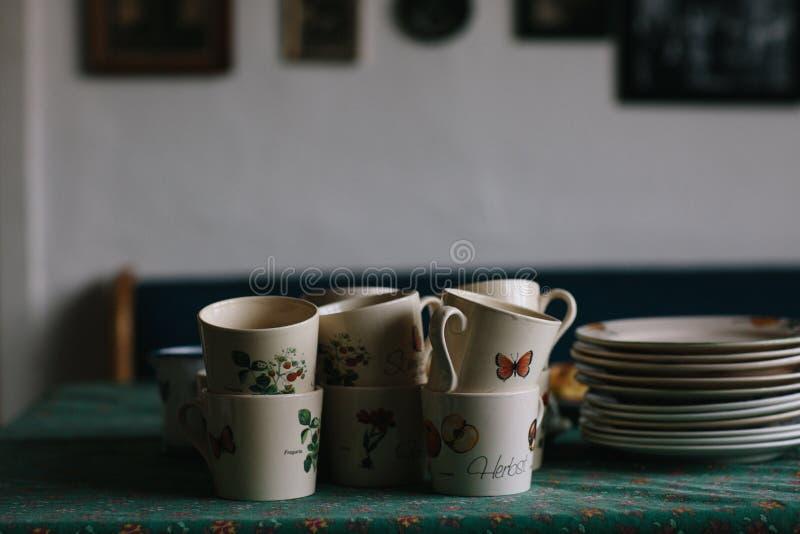 Tazze che attendono i caffè-bevitori immagine stock libera da diritti