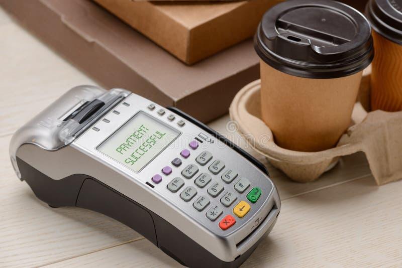 Tazze del terminale e di caffè di pagamento immagini stock