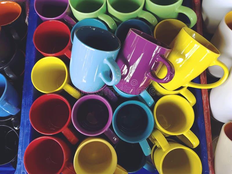Tazze di caffè di ceramica variopinte immagini stock