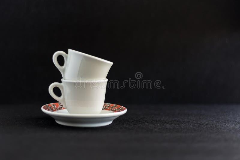Tazze di caffè nell'ambito di fondo nero fotografia stock