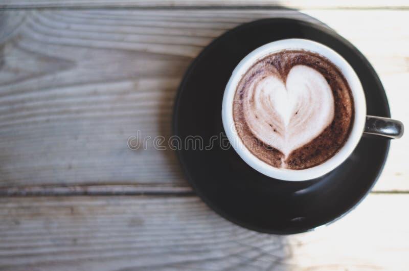 Tazze di caffè nero disposte sulla tavola di mattina fotografia stock
