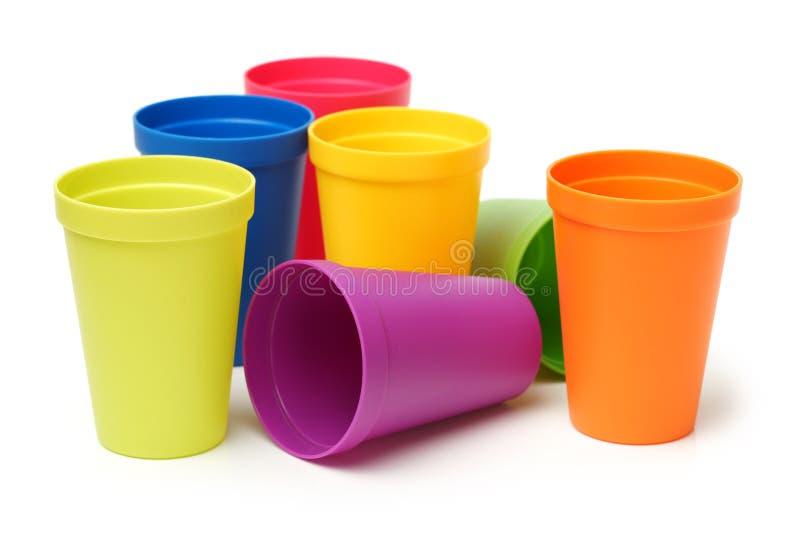 Tazze di plastica di vario colore fotografia stock
