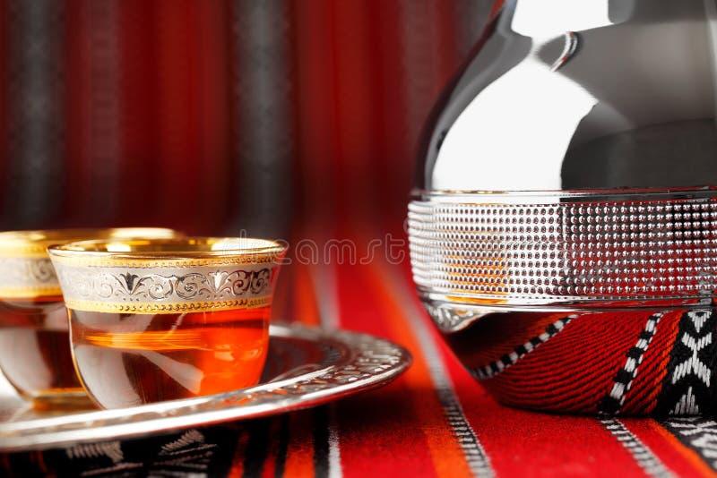 Tazze di tè arabe decorate e una teiera del dallah immagini stock libere da diritti