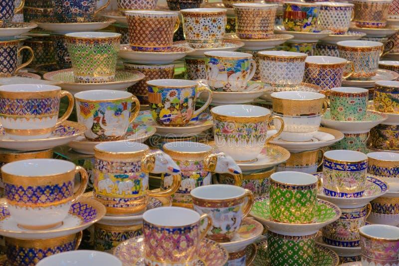 Tazze di tè tailandesi del pocelain da vendere al mercato in Tailandia immagine stock libera da diritti
