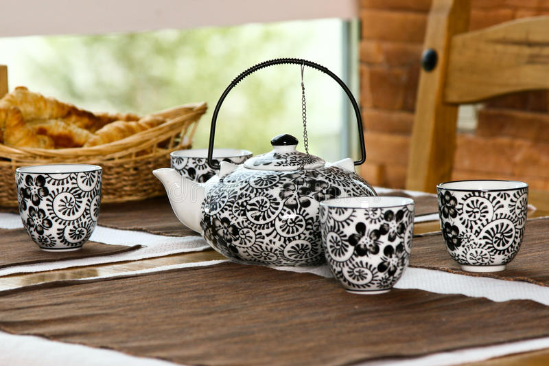Tazze e teiera di ceramica immagine stock libera da diritti