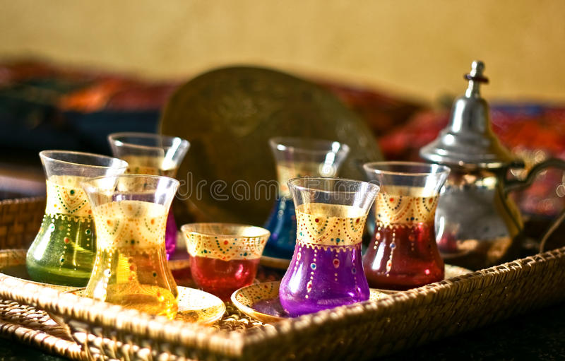 Tazze e zolle arabe dell'insieme di tè immagine stock