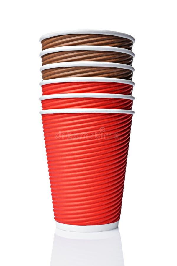 Tazze marroni e rosse del mestiere del caffè in bianco da portar via della carta fotografia stock libera da diritti