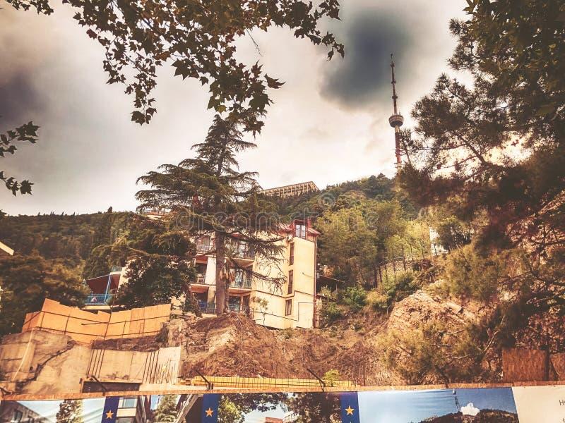 TBILISI, ΓΕΩΡΓΙΑ - 22 ΙΟΥΛΊΟΥ 2018: Μια συναρπαστική άποψη του παλαιού τετάρτου του Tbilisi, πύργος TV ενάντια στον ουρανό funicu στοκ εικόνα με δικαίωμα ελεύθερης χρήσης