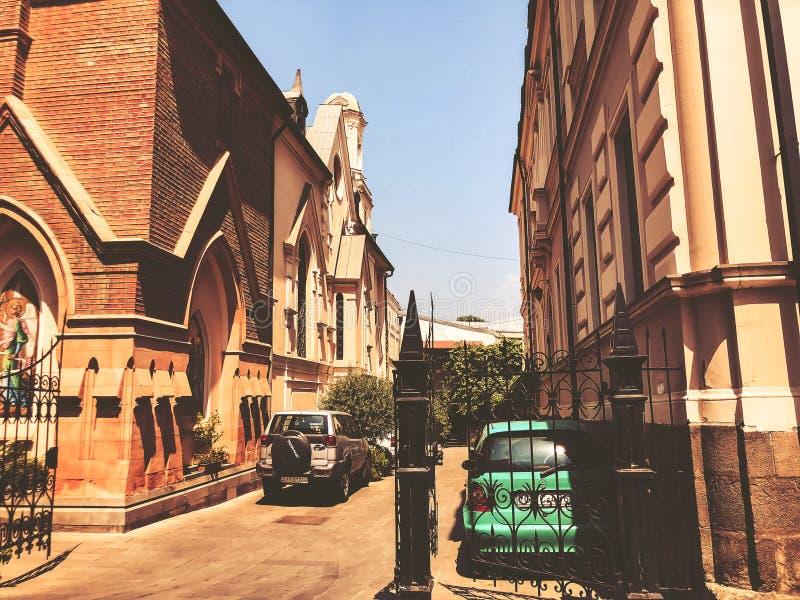 TBILISI, GEÓRGIA - 10 de julho de 2018: Vista da igreja Católica na cidade velha, Tbilisi, Goergia imagens de stock