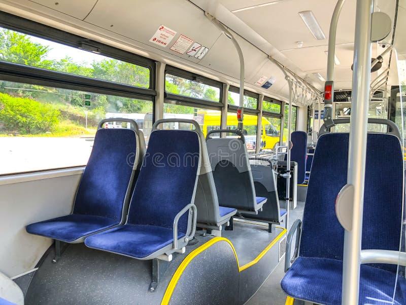 TBILISI, GEÓRGIA - - 17 DE MAIO DE 2018: Assentos no ônibus da cidade, vista do interior fotos de stock