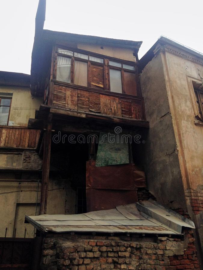 TBILISI, GEÓRGIA - em novembro de 2018: Balcão velho da casa, casa gasto na cidade velha de Tbilisi, Geórgia imagem de stock