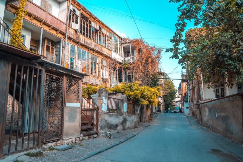 Tbilisi, Geórgia - 30 08 2018: Fachada da casa tradicional no ol fotos de stock royalty free