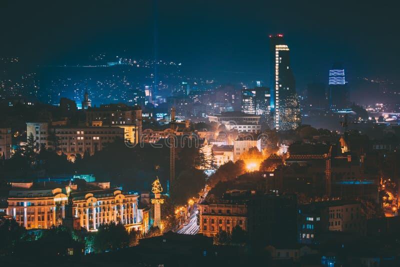 Tbilisi, Georgië Bouwontwikkeling van Moderne Architectuur op Achtergrond van Stedelijke Nachtcityscape Avondnacht royalty-vrije stock foto