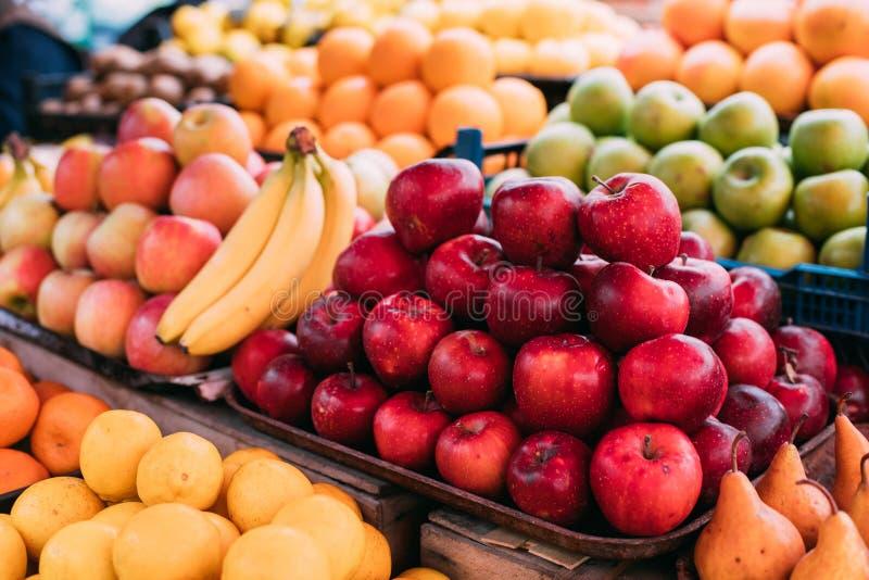 Tbilisi, Georgië Dichte Mening van Verse Rode Appelen en Ander Fruit royalty-vrije stock afbeelding