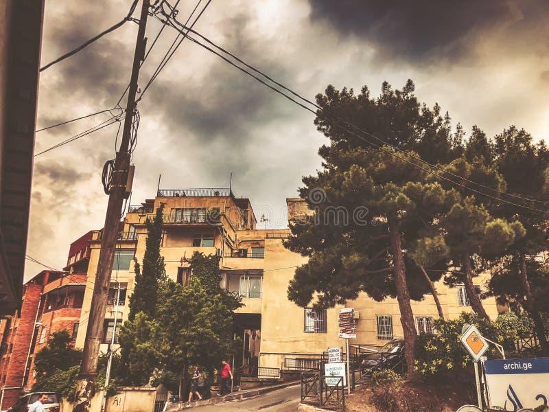 TBILISI, GEORGIË - JULI 22, 2018: Mooie mening van het oude kwart van Tbilisi, de weg die tot het centrum van de stad leiden stock afbeeldingen