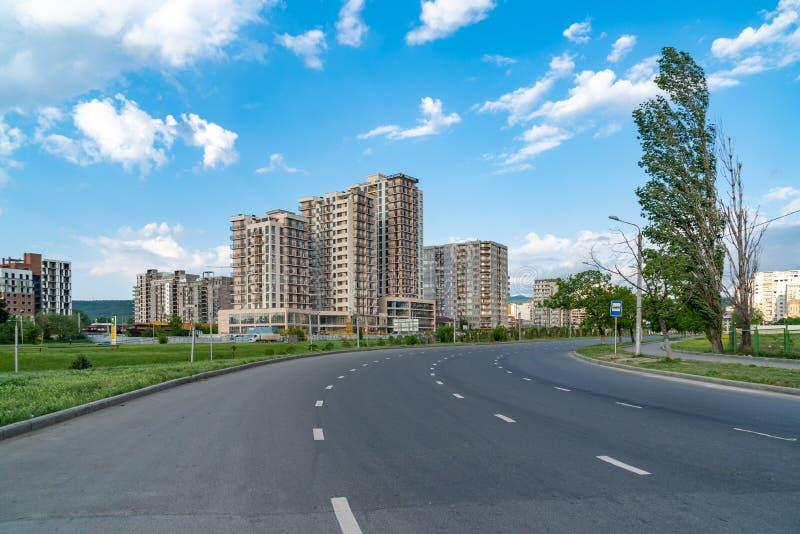 Tbilisi, Georgië - 09 05 2019: nieuwe huizen met meerdere gezinnen tegen de blauwe hemel, nieuwe huizen in Tbilisi royalty-vrije stock foto