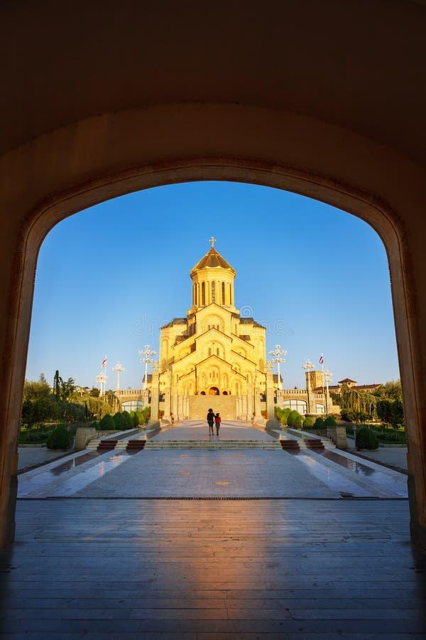 Tbilisi, Georgië - 8 Oktober 2016: Hoofdpoorteningang aan van de de Kathedraal de Heilige Drievuldigheid van Tbilisi Sameba groot stock fotografie