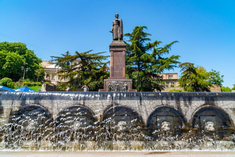 Tbilisi, Georgi? - 08 05 2019: Standbeeld van de 12de eeuw Georgische dichter Shota Rustaveli, Rustaveli-Weg stock foto