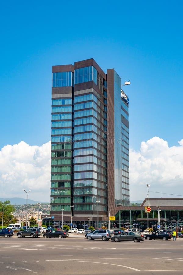 Tbilisi, Georgi? - 08 05 2019: Van het de luxehotel van Radissonblu de de wolkenkrabberbouw in Tbilisi stock afbeeldingen
