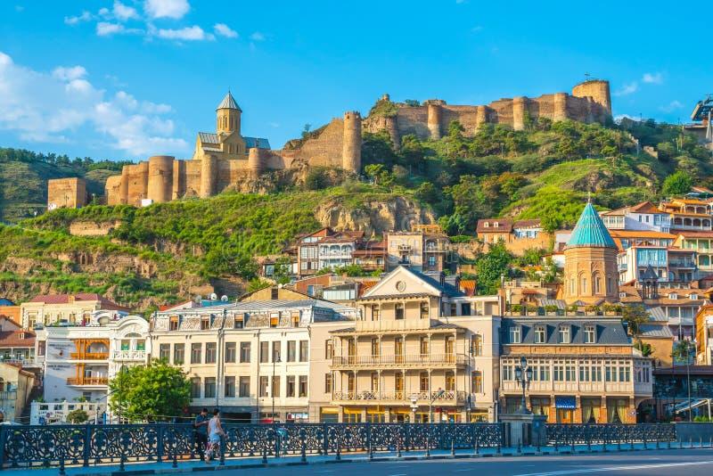 Tbilisi Georgia - 30 08 2018: Abanotubani och Narikala fästning arkivbild