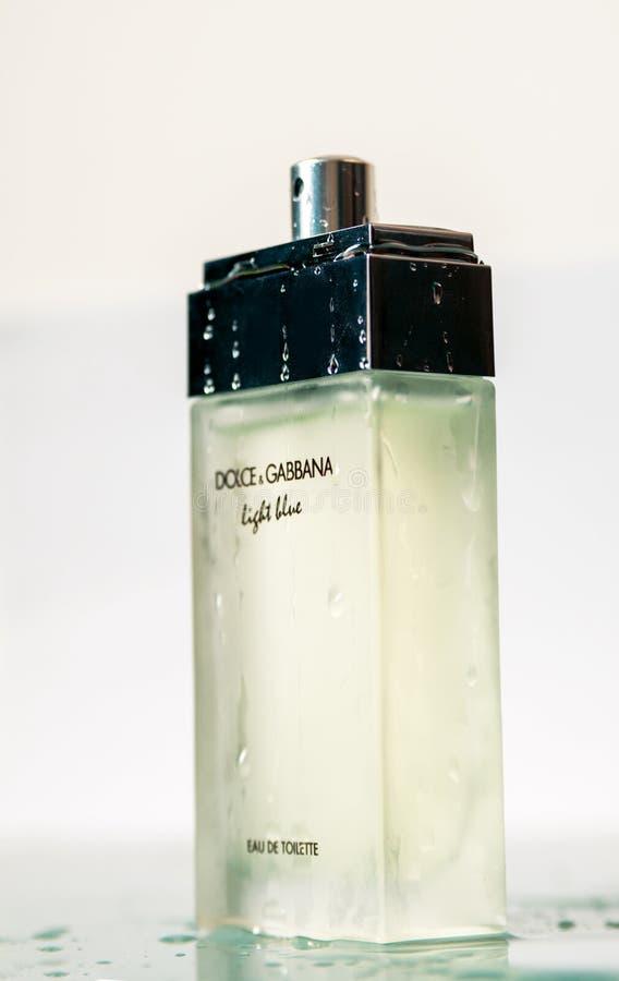 TBILISI, GEORGIA - abril 4,2019: Botella de perfume de Dolce & Gabbana azul claro imagen de archivo