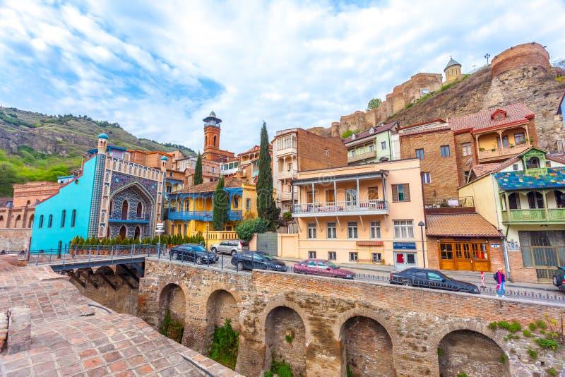 13 04 2018 Tbilisi, Georgia - arquitectura de la ciudad vieja de la TB fotografía de archivo libre de regalías