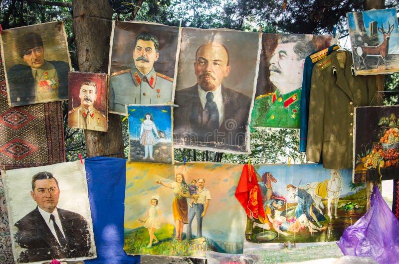 TBILISI GEORGIA - 6 Augusti 2016 - samlingar av tappningSovjetunionen bilder i loppmarknaden Lenin Stalin fotografering för bildbyråer