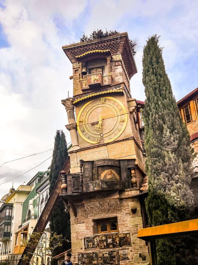 Tbilisi, Georgia - 17 de abril de 2019, el C?ucaso Detalles ascendentes cercanos de la torre famosa de Rezo Gabriadze Marionette  imagenes de archivo