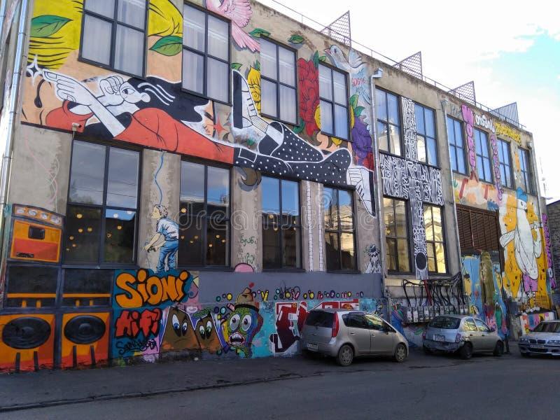 TBILISI, GEORGIA - 8 dicembre 2018: La progettazione moderna del cortile della zona urbana Fabrika di arte con i graffiti immagine stock