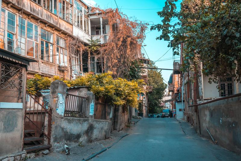 Tbilisi Georgia - 30 08 2018: Fasad av det traditionella huset i ol royaltyfria foton