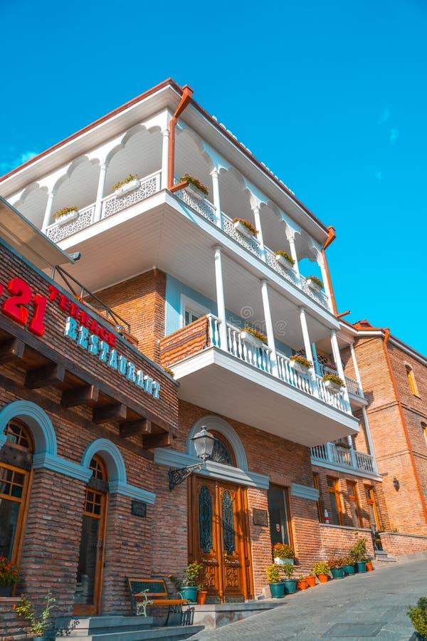 Tbilisi Georgia - 30 08 2018: Fasad av det traditionella huset i ol arkivfoto
