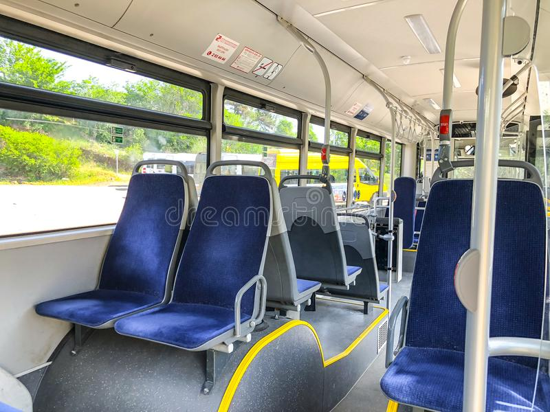 TBILISI GEORGIA - - MAJ 17, 2018: Platser i stadsbuss, beskådar från inre arkivfoton