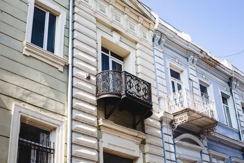 TBILISI GEORGIA - MARS 9, 2016: Fasad av det traditionella huset i den gamla staden Tbilisi, Georgia royaltyfri bild