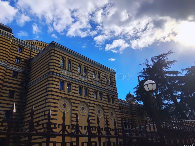TBILISI GEORGIA - Murch 03, 2019: Georgisk nationell opera- och balettteater Härlig byggnad till centret arkivbilder