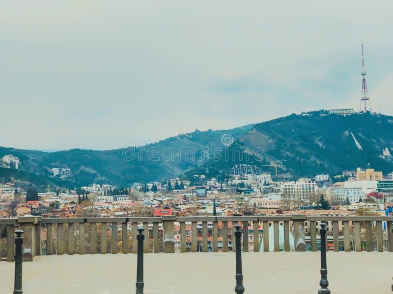TBILISI, GEORGIA - Murch 16, 2019: Vista panorámica escénica de Tbilisi La nueva arquitectura moderna est? adyacente a los viejos foto de archivo