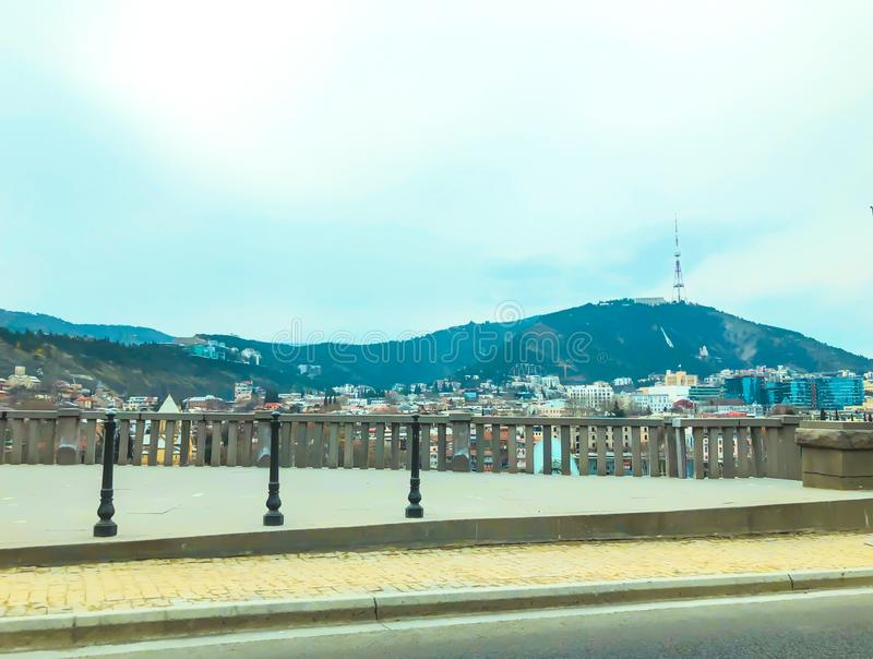 TBILISI, GEORGIA - Murch 16, 2019: Vista panorámica escénica de Tbilisi La nueva arquitectura moderna est? adyacente a los viejos fotografía de archivo libre de regalías