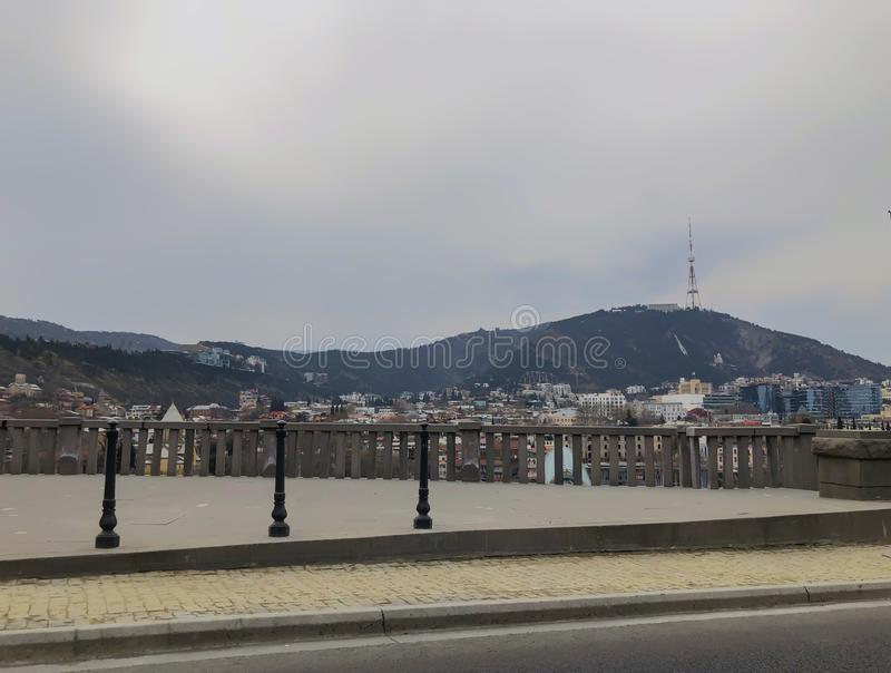 TBILISI, GEORGIA - Murch 16, 2019: Vista panorámica escénica de Tbilisi La nueva arquitectura moderna est? adyacente a los viejos imagen de archivo libre de regalías