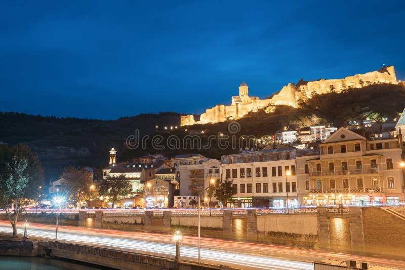 Tbilisi Georgia Narikala forntida fästning i aftonnatten Illu royaltyfria bilder