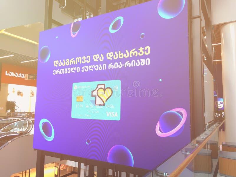 TBILISI GEORGIA - Oktober 11, 2018: Annonsera den digitala skärmen i shoppinggallerian 'Galleria 'i Tbilisi, Georgia arkivbilder