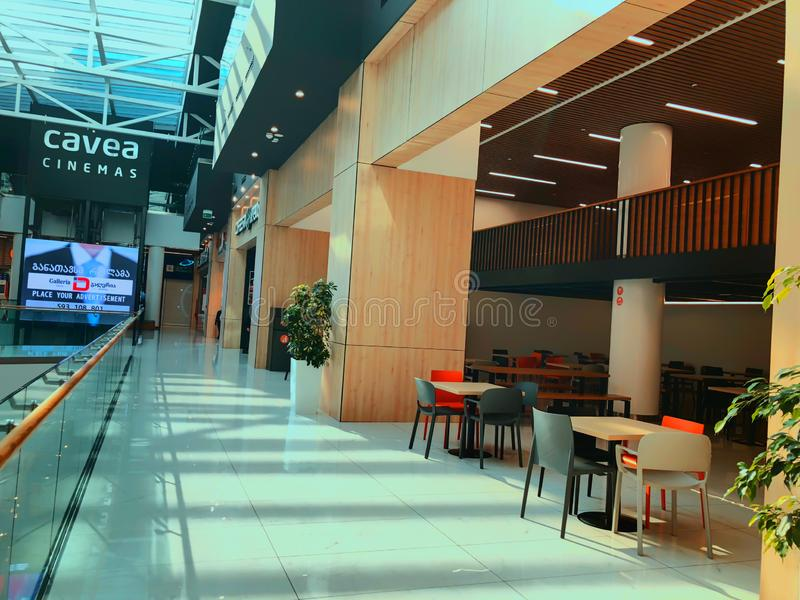 TBILISI GEORGIA - Oktober 11, 2018: Bio Cavea och kafé på den moderna shoppinggallerian 'Galleria 'i Tbilisi, Georgia arkivfoto
