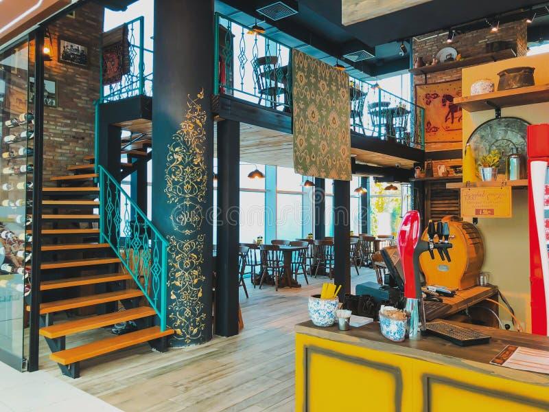 TBILISI GEORGIA - Oktober 11, 2018: Modern inre av den georgiska nationella restaurangen 'Tabla 'i shoppinggallerian 'Galleria ', arkivbilder